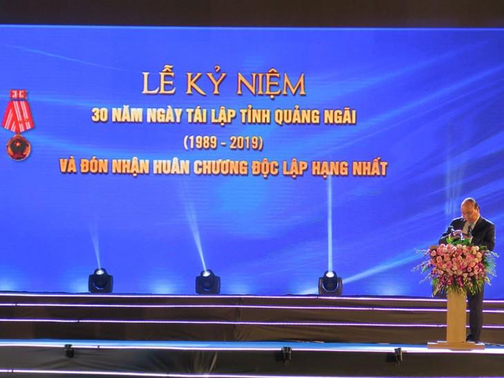 PM Nguyen Xuan Phuc menghadiri acara peringatan ultah ke-30 terbentuknya kembali Provinsi Quang Ngai - ảnh 1