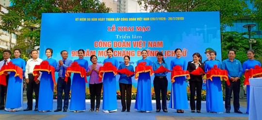 """Pameran foto """"Serikat Buruh Vietnam – 90 tahun satu penggalan jalan bersejarah"""" - ảnh 1"""