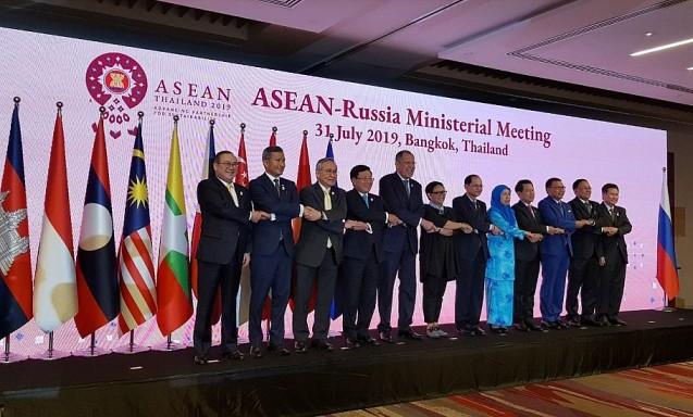 Deputi PM, Menlu Pham Binh Minh menghadiri Konferensi Menlu ASEAN dengan para mitra - ảnh 1