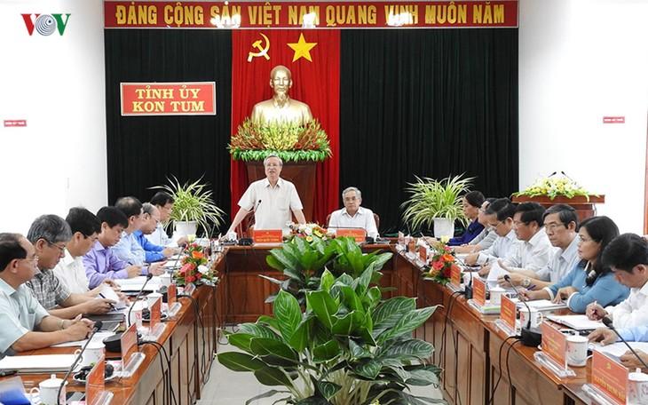 Anggota Harian Sekretariat  KS PKV Tran Quoc Vuong melakukan temu kerja  dengan pimpinan  Komite Partai Provinsi Kon Tum - ảnh 1