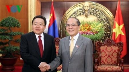 Parlamentspräsident Nguyen Sinh Hung trifft Präsident der Mongolei in Hanoi - ảnh 1