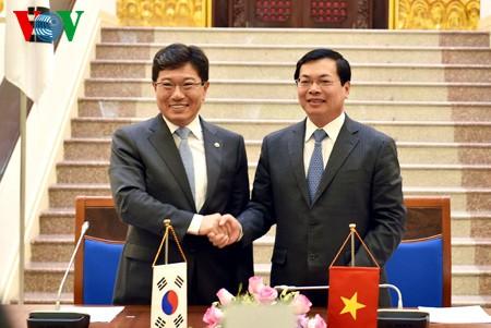 Vietnam und Südkorea unterzeichnen das Freihandelsabkommen - ảnh 1