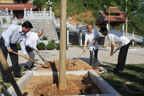 Parlamentspräsident Nguyen Sinh Hung zündet Räucherstäbchen vor Tempel Ho Chi Minh an - ảnh 1