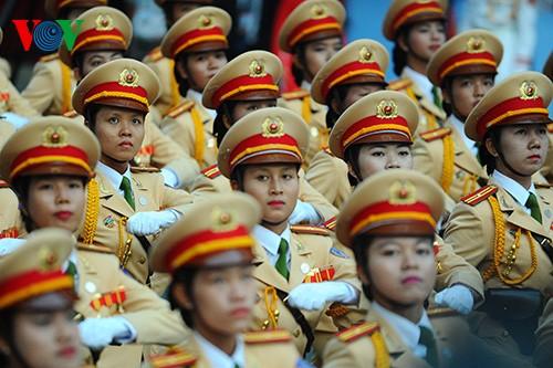 Parade zum 40. Jahrestag der Vereinigung des Landes - ảnh 16