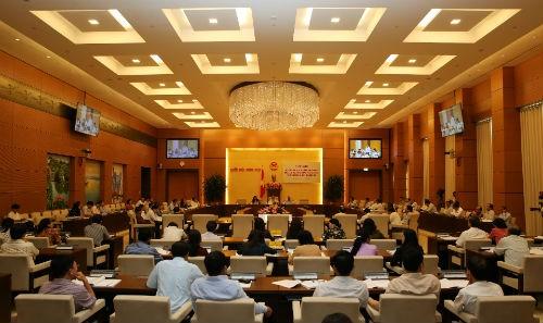 Ständiger Parlamentsausschuss diskutiert einige wichtige Gesetzesentwürfe - ảnh 1