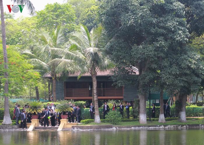 US-Präsident Barack Obama besucht Stelzenhaus von Präsident Ho Chi Minh - ảnh 11