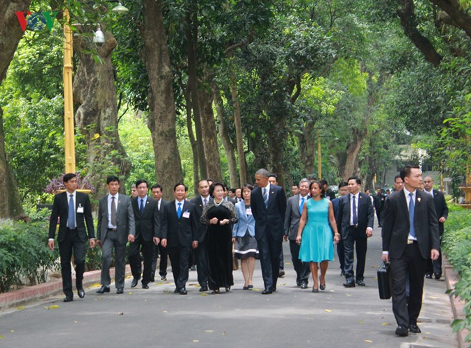 US-Präsident Barack Obama besucht Stelzenhaus von Präsident Ho Chi Minh - ảnh 2