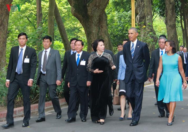 US-Präsident Barack Obama besucht Stelzenhaus von Präsident Ho Chi Minh - ảnh 5