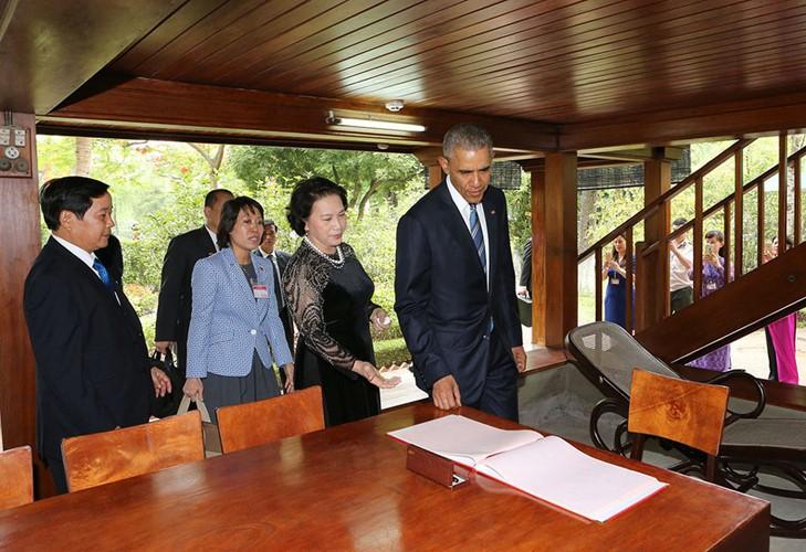 US-Präsident Barack Obama besucht Stelzenhaus von Präsident Ho Chi Minh - ảnh 9