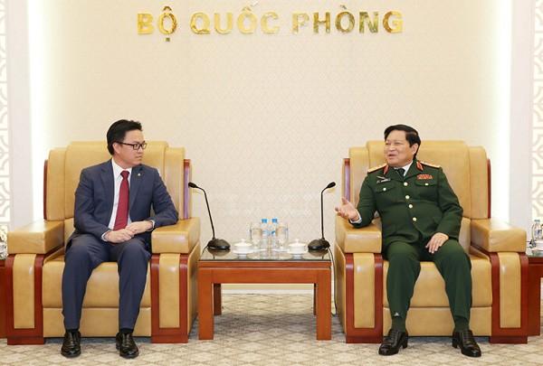 Verteidigungsminister Ngo Xuan Lich empfängt den kambodschanischen Botschafter - ảnh 1