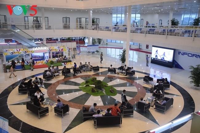 Arbeitsstimmung der Journalisten im internationalen APEC-Pressezentrum - ảnh 1