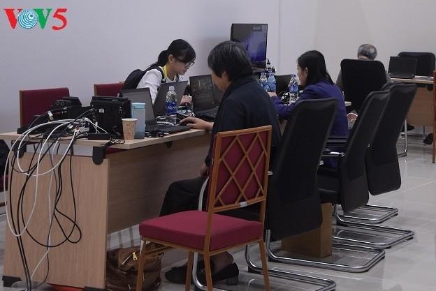 Arbeitsstimmung der Journalisten im internationalen APEC-Pressezentrum - ảnh 15