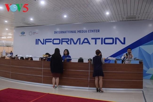 Arbeitsstimmung der Journalisten im internationalen APEC-Pressezentrum - ảnh 4