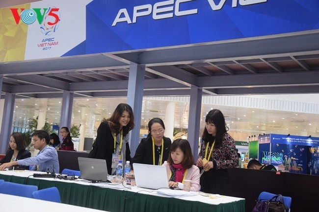 Arbeitsstimmung der Journalisten im internationalen APEC-Pressezentrum - ảnh 6
