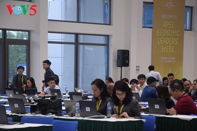 Arbeitsstimmung der Journalisten im internationalen APEC-Pressezentrum - ảnh 7
