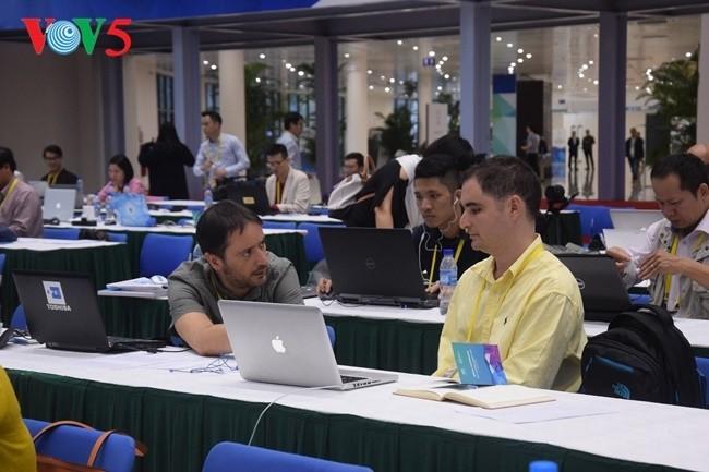 Arbeitsstimmung der Journalisten im internationalen APEC-Pressezentrum - ảnh 8