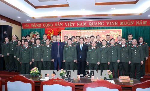 Leiter der Aufklärungsabteilung beglückwünscht Soldaten der Behörde für Cyber-Sicherheit zum Tet - ảnh 1