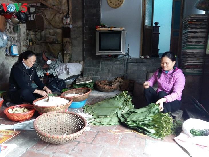 Wickeln von Kleberreiskuchen der Vietnamesen - ảnh 1