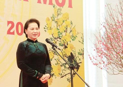 Parlamentspräsidentin beglückwünscht Leiter und Mitarbeiter des Parlamentsbüros zum Tetfest - ảnh 1