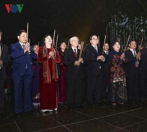KPV-Generalsekretär beglückwünscht Beamte und Einwohner der Hauptstadt Hanoi zum Tetfest - ảnh 1