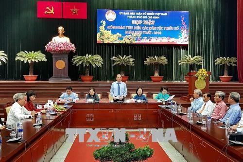 Treffen mit 200 hervorragenden Mitgliedern der ethnischen Minderheiten in Ho Chi Minh Stadt - ảnh 1