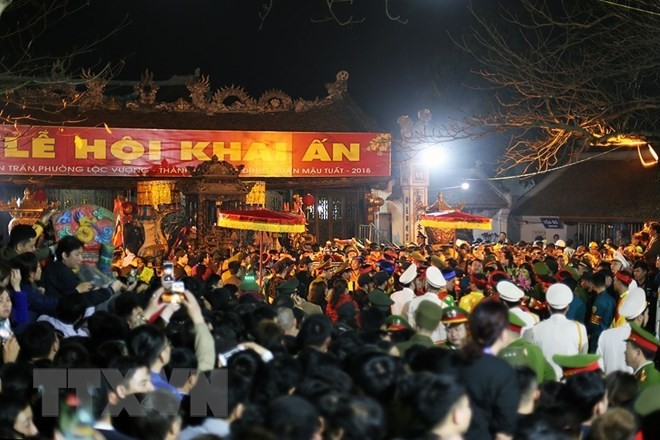 Zehntausende Menschen nehmen an der Feier zur Stempelverteilung im Tran-Tempel teil - ảnh 1