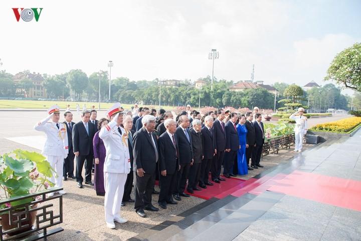 Leiter der Partei und des Staates besuchen Ho-Chi-Minh-Mausoleum zu seinem 128. Geburtstag - ảnh 1
