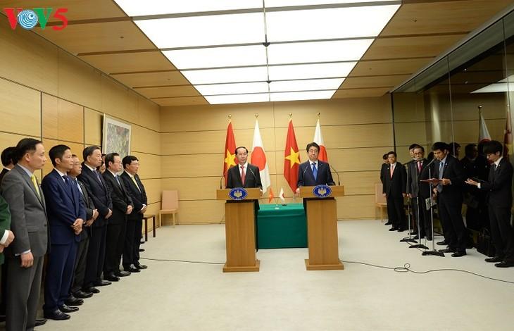 Staatspräsident Tran Dai Quang und Japans Premierminister leiten die gemeinsame Pressekonferenz - ảnh 1