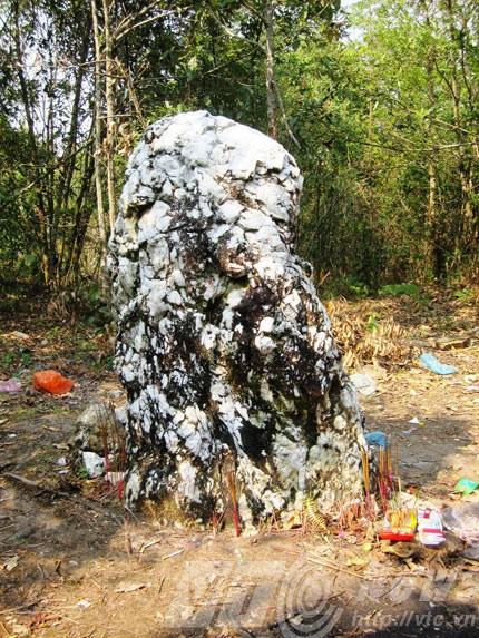 Alter Mann aus weißem Stein – der heilige Stein der Ha Nhi an der Grenze - ảnh 1