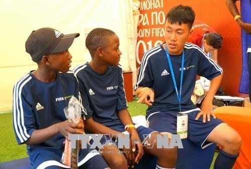 Delegation vietnamesischer Schüler nimmt am Fußball-Fest in Russland teil - ảnh 1