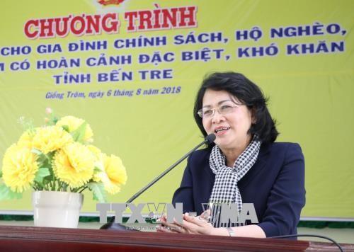 Vize-Staatspräsidentin überreicht den armen Kindern in der Provinz Ben Tre Geschenke - ảnh 1