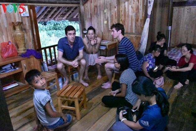 Das Homestay-Tourismusmodell trägt zur Verbesserung des Lebensstandards der Tay in Ha Giang bei - ảnh 1