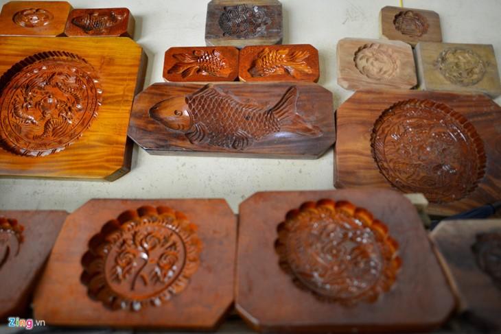 Der Mann, der sich seit 35 Jahren mit der Herstellung der Vollmondkuchenform beschäftigt - ảnh 1