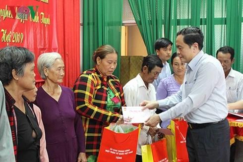 Vorsitzender der Vaterländischen Front Vietnams überreicht armen Familien in Hau Giang Geschenke - ảnh 1