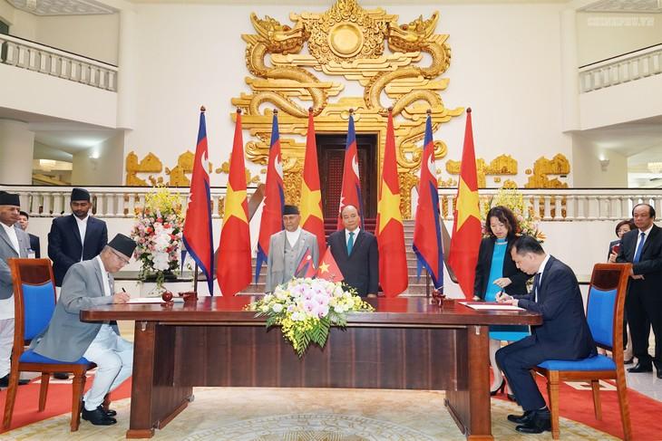 Premierminister Nguyen Xuan Phuc führt Gespräch mit dem nepalesischen Ministerpräsident Prasad Sharma Oli - ảnh 1