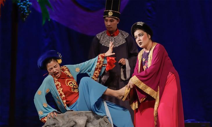 """""""Tam Cam""""-Theaterstück des singapurischen Regisseurs erfreut sich großer Beliebtheit in Hanoi - ảnh 1"""