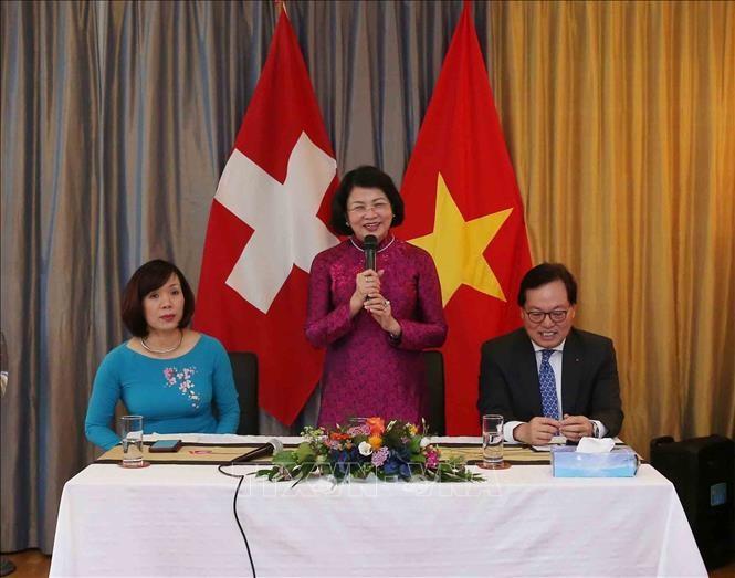 Vize-Staatspräsidentin Dang Thi Ngoc Thinh trifft Vertreter der vietnamesischen Gemeinschaft in der Schweiz - ảnh 1