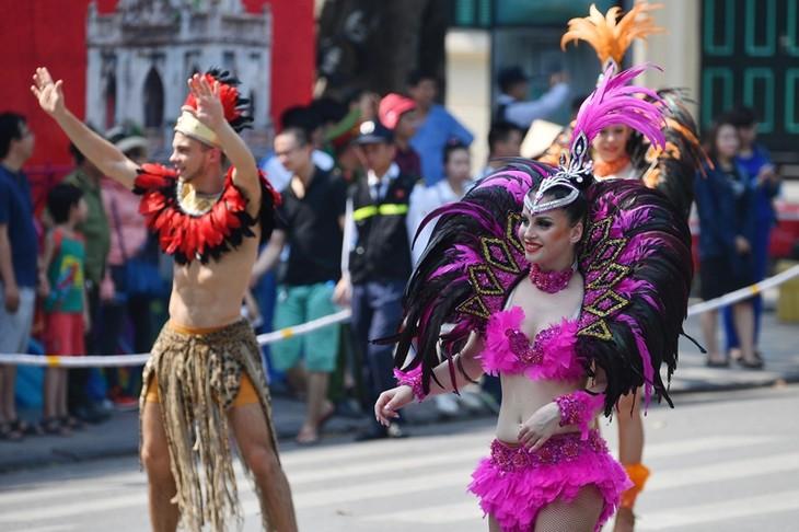"""Straßenkarneval zum 20. Jahrestag der Titelverleihung """"Hanoi: Stadt für Frieden"""" - ảnh 1"""
