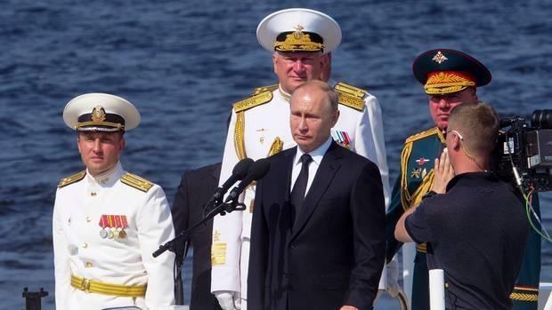 Präsident Putin nimmt an der Parade der russischen Marine teil - ảnh 1