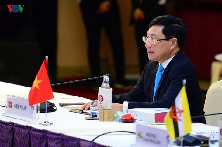 Bilaterale Treffen des Vize-Premierministers, Außenministers Pham Binh Minh bei AMM-52 - ảnh 1