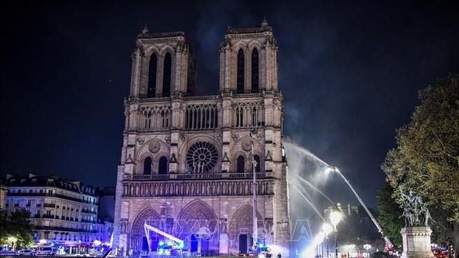 파리 노트르담 대성당 화재: 붕괴 위험 경고 - ảnh 1