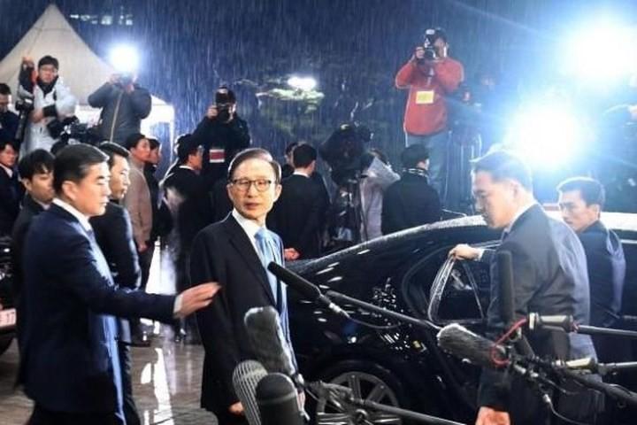 រដ្ឋអាជ្ញាកូរ៉េខងាត្បូងស្នើចាប់ខ្លួនអតីតប្រធានាធិបតី Lee Myung-bak  - ảnh 1