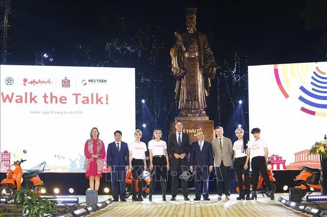 """នាយករដ្ឋមន្រ្តីវៀតណាមលោក Nguyen Xuan Phuc និងនាយករដ្ឋមន្ត្រីហូឡង់លោក Mark Rutte អញ្ជើញចូលរួមកម្មវិធីបង្ហាញម៉ូដ """"Walk the Talk""""  - ảnh 1"""