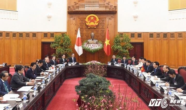 阮春福和日本首相安倍晋三举行会谈 - ảnh 1
