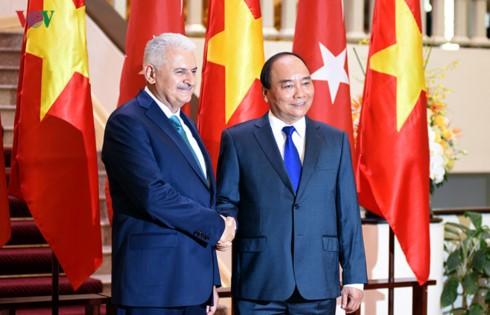 阮春福与土耳其总理耶尔德勒姆举行会谈 - ảnh 1
