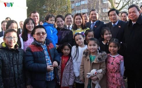 越南国会主席阮氏金银会见越南驻荷兰大使馆工作人员 - ảnh 1
