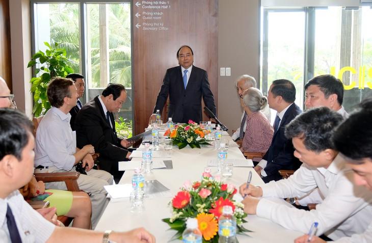 越南政府总理阮春福视察平定省跨部门科学与教育国际中心 - ảnh 1