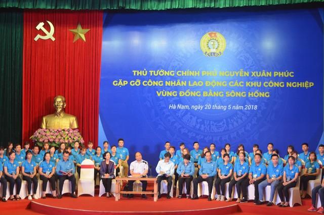 越南政府总理与红河平原地区工业区工人进行对话 - ảnh 1