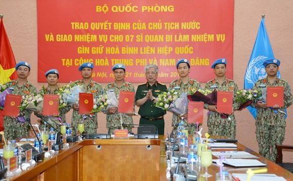 越南国防部向执行联合国维和任务的军官颁发国家主席签发的决定 - ảnh 1