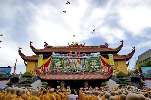 越共中央民运部部长张氏梅探望越南佛教教会证明理事会法主 - ảnh 1
